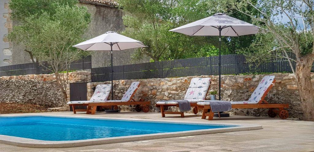 ferienhaus-mit-pool-und-liegen-kroatien