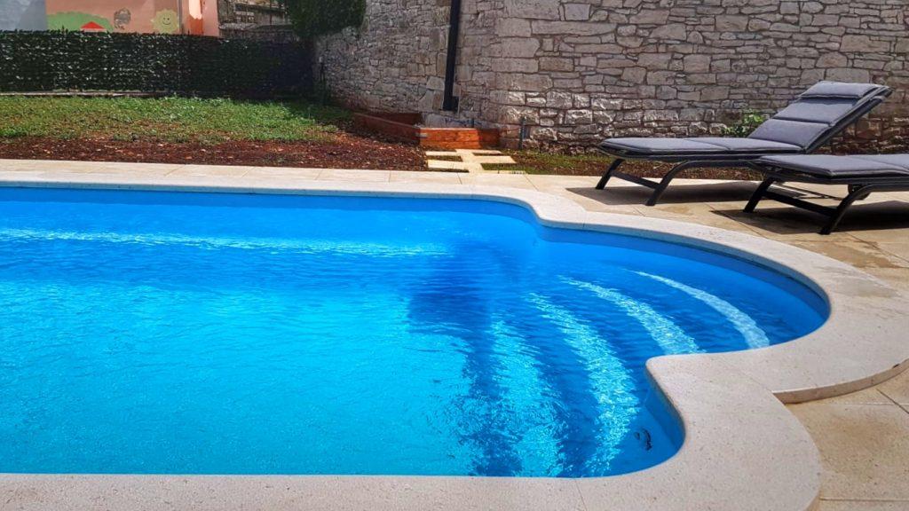 pool-einstieg-klares-wasser