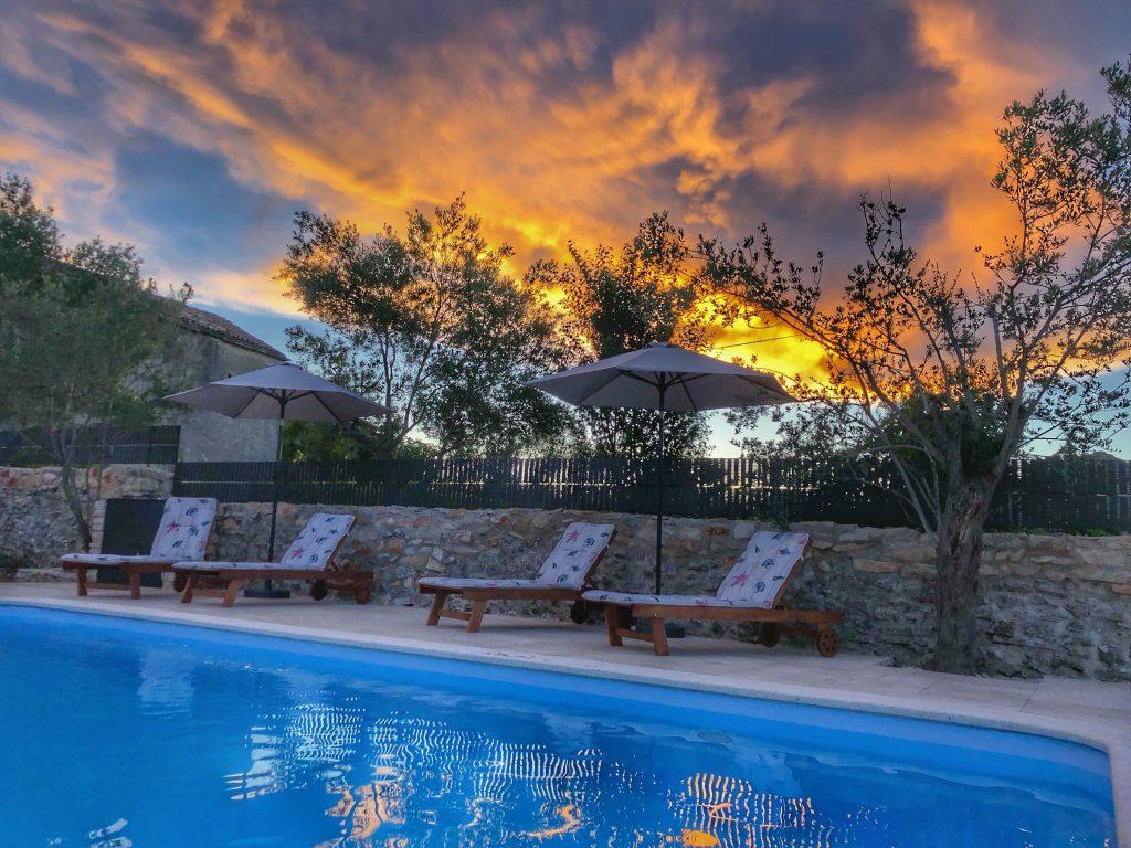 sonnenuntergang-ferienhaus-pool-istrien-kroatien