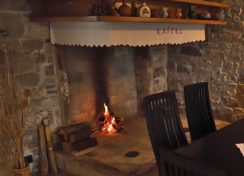 kamin-lounge-kastel-rakalj-feuerstelle-kroatien-im-winter