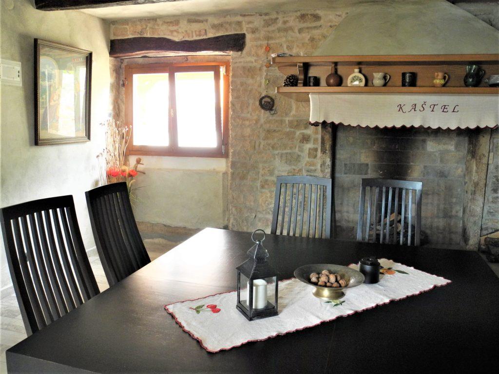 kamin-lounge-kastel-rakalj-kroatien-im-winter